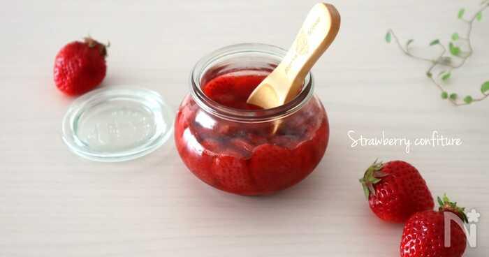 コンフィチュールはジャムよりも液がサラッとしていて、果肉がごろっとしているのが特徴。フランス語のコンフィ(砂糖や油に漬ける)から由来しています。液がサラサラしているので、果肉の入ったソースとしてヨーグルトなどと一緒に食べるのがおすすめ♪