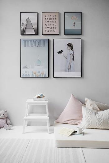 アートを飾るのもスウェーデンのうちではよく見られます。リビングルームだけでなく、ダイニングルーム、玄関ホール、寝室、子供部屋にもその部屋に合ったアートを選んで飾ります。  サイズの違うものを組み合わせたり、飾り方にこだわったり、季節によってアートを変えるお宅もあります。アートも大事なインテリアの一つです。
