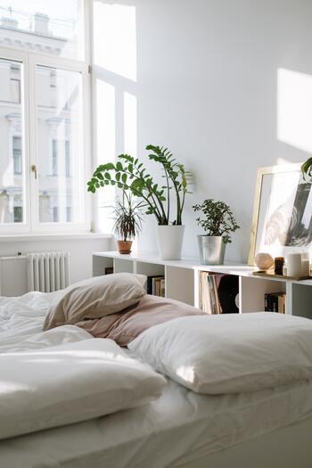 スウェーデンでは白が基調になっている家が主流。 白をベースにすることで、家の中が落ち着いてリラックスする空間が生まれます。そして観葉植物の緑、花のカラフルな色合いやファブリックの色が、白の中でとてもきれいに映えます。気分を変えて壁の片面に色を塗ったり、壁紙を張ったりとちょっと変化を楽しむのも北欧流です。