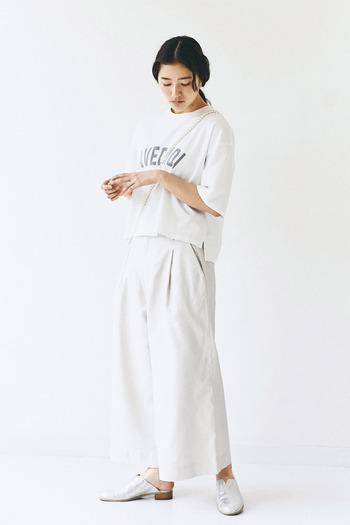 ロゴTシャツは同系色のボトムスと合わせるだけで、グッと大人っぽいセットアップ風の着こなしに仕上がります。シューズも明るいシルバーをチョイスして、統一感のあるスッキリとしたコーディネートに。