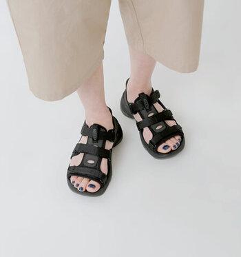 3カ所の調節ポイントがあり、足にフィットする履き心地を得られるスポーツサンダル。耐水性に優れた素材で作られているので、水辺やアウトドアでの使用にもぴったりです。カジュアルだけでなく、フェミニンコーデにも合わせやすいデザインも魅力。カラーはブラックとホワイトの2色展開です。