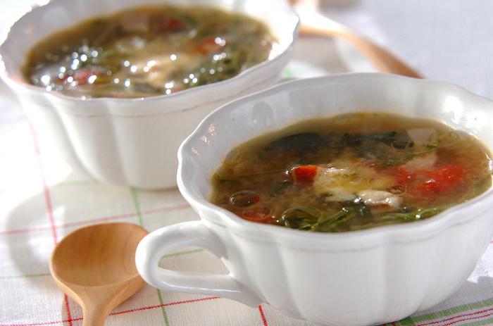 コンソメスープを味噌で仕上げた和と洋が融合した味噌汁。具材もベーコンや粉チーズなど普段味噌汁とは無縁のものばかり。  洋風だけどご飯にとっても合います。ご飯にかけてお茶漬け風にサラッと食べるのもおすすめだそう。