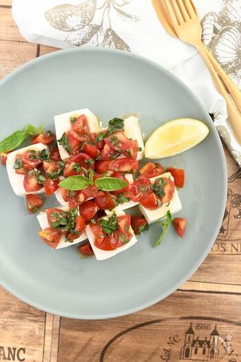和の食材豆腐を使った冷奴。実はオリーブオイルを使うとおしゃれなイタリアン料理に早変わり。  オリーブオイルをベースに、トマトやバジルで作ったタレをたっぷりかけて。おもてなしにも最適な一品です。