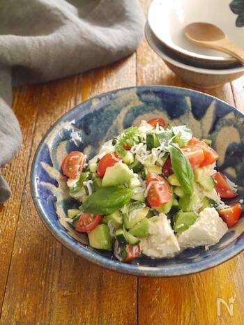 バジルやアボカドをなど洋の食材を使ったくずし冷奴。しらすの塩気が味を引き締めてくれます。  豆腐はしっかり水を切ることがポイント。豆腐とアボカドを合わせることでまるでチーズのような味わいに。