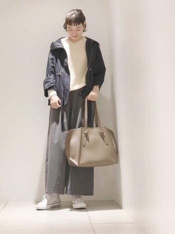 柔らかな素材のくるぶし丈のパンツを合わせれば、スポーティーな足元が程よく目立ちます。ハイカットのデザインも生きますね。