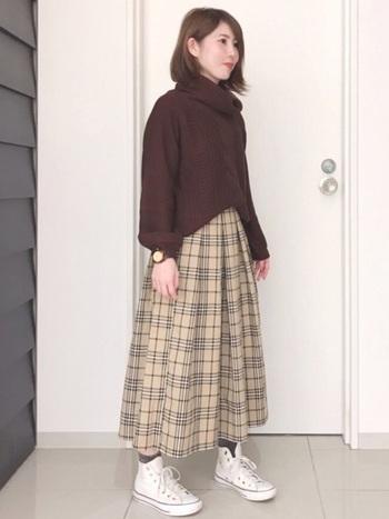 ミモレ丈のスカートの足元に合わせてもしっくりくる、ハイカットスニーカー。ちらりと見える靴下もかわいいです。