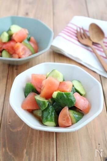 生野菜との相性が良いオリーブオイル。柚子胡椒風味のドレッシングを作ってトマトときゅうりに和えてみませんか?  水分が出てしまうので、ドレッシングと和える時は食べる直前に。ドレッシングを多めに作っておいて、レタスのサラダにかけても◎。