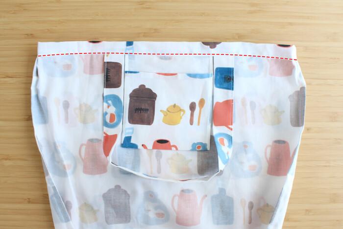 袋口をアイロンで三つ折りにして、端にステッチをかけます。  レシピによって作り方や工程の順番は違いますが、これが基本のエコバッグの作り方です。まっすぐ縫いばかりなので本当に簡単!初心者さんでも失敗しらずです。