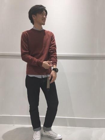 デニムや定番セーターとの組み合わせはやっぱり似合います。スニーカーながらスッキリとしたデザインだから、足元が軽やかです。
