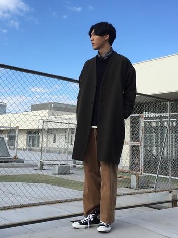 ストンとしたワイドパンツに合わせてもハイカットはかっこいいです。黒なら冬場のシックなコーディネートにも合わせやすい。