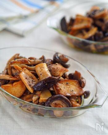 きのこのマリネは安くて美味しくて常備菜の定番。和風マリネはポン酢を使うと驚くほど簡単に。  ニンニクとオリーブオイルで炒めたきのこをポン酢・みりん・塩で味付け。きのこが油を吸い込むのでオリーブオイルをたっぷり使うのがおすすめです。