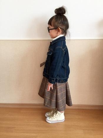 長め丈のスカートに、ブーツ感覚でハイカットスニーカーを。歩きやすくてかわいいのが◎。