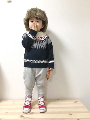 赤がさり気なくセーターとリンクしていてオシャレ。足元がキュッとすぼまったデザインとパンツにも良く似合っています。