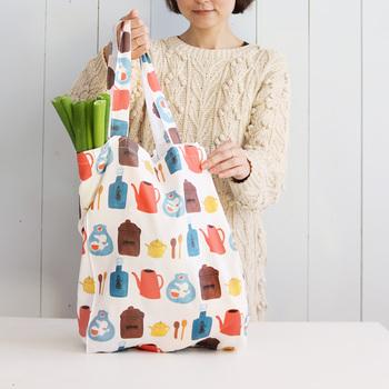 こちらは、エコバッグの「基本の作り方」で解説した横マチつき&大容量のエコバッグのレシピです。たたむとコンパクトになるのも嬉しいポイント。袋縫いをするので縫い目も丈夫。重いものを入れても安心です。毎日のお買い物に使えるスタンダードな形なので、まずは押さえておきたいレシピです。
