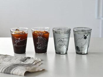 イラストレーターの松尾ミユキさんが描いた、ネコのイラストがとってもキュートな耐熱グラス。サッとスケッチしたようなラフなイラストが、リラックスタイムにもぴったりです。クリアタイプと薄いグレーの2タイプがあり、それぞれペア使いが可能です。