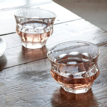 カフェやレストランなどでもよく使われているピカルディーグラスを、高温の窯で再溶解して変形させた「LORIS & LIVIA(ロリス & リヴィア)」のTIPSY GLASS(ティプシーグラス)。ほろ酔いという意味を持つグラスで、お酒に酔った時に視界が歪んで見える様子をグラスで再現しています。カラーはクリア・ブルー・アンバーの3色展開です。