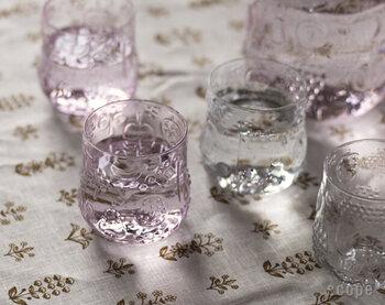 「iittala(イッタラ)」の人気デザインでもある、果物柄のフルッタ。ころんとした丸い形と、淡いカラーリングのグラスは、食卓をさりげなく華やかに彩ってくれます。カラーペールピンク・アメジスト・グリーン・レモン・クリアの5色展開です。