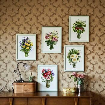 ひとつひとつの花や草花の色合いや陰影がまるで水彩画のように美しいブーケを刺し描けるキット。出来上がった作品を飾るとお部屋がパッと華やかになりますよ。