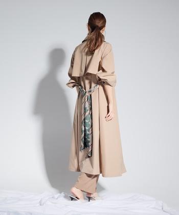 後ろ姿が印象的になるスカーフ柄のベルト。トレンチと同素材のベルトも付いているから、気分に合わせて取り替えられます。