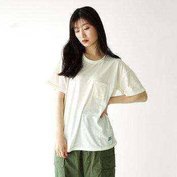 インナーの重ね着が苦手という方には、汗対策ができるTシャツを選ぶ方法もおすすめです。  吸水性と速乾性を兼ね備えたこちらのTシャツなら、ちょっとした汗もサッと乾いてシミになりません。シンプルなデザインで、コーディネートにも取り入れやすい一枚。メンズサイズまであるので、あえてゆったりと着こなしても◎