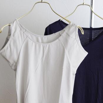 Tシャツコーデで汗が気になるなら、気になる前にインナーでしっかりと対策をするのがおすすめです。こちらのインナーは、生地全体で汗対策ができるので、脇以外に背中や胸の谷間などもしっかりと汗対策をすることができます。抜群の吸水性を誇るナノシア加工で、上半身の汗対策はばっちりです。