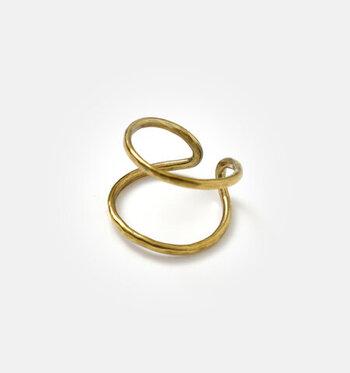 """mu/mi(ムミ)の""""SENリング&イヤーカフ""""は、イヤーカフとしても楽しめる2way仕様です。リングとして指にはめるとシンプルながら印象的な2連着けのようなラインが美しく、イヤーカフとして身に着けると優しげな雰囲気になります。"""
