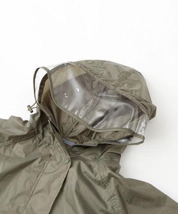 フードは透明のつば付きで前が見やすく、背裏にはメッシュ素材を使用して通気性もプラス。