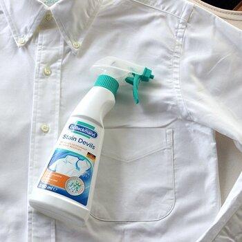 気づかないうちに脇汗がシミになっていた…。そんな時には、専用の洗剤でしっかりと汚れを取り除きましょう。  洗濯前に、気になるシミに数回スプレーして10~30分放置。その後に洗濯機へ入れるだけでOKです。どうしても落ちない汗ジミができてしまったときは、ぜひ試してみてくださいね。