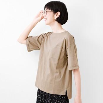 汗ジミが目立ちやすいアースカラーのTシャツに、汗ジミ軽減加工を施したアイテム。綿100%で着心地もよく、体のラインを拾わないゆったりシルエットでデイリー使いにもぴったりです。