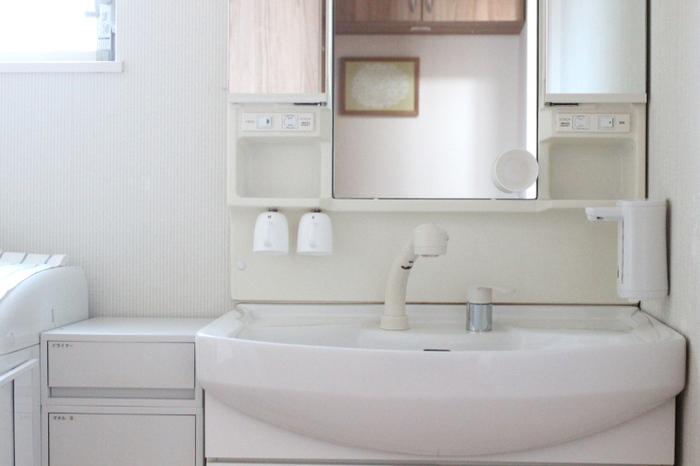 洗面所は細々した物が多いにも関わらず、大きな収納家具を置けないのが難しいところ。浮かせる収納やすき間収納をフル活用して、すっきり&清潔を目指しましょう。