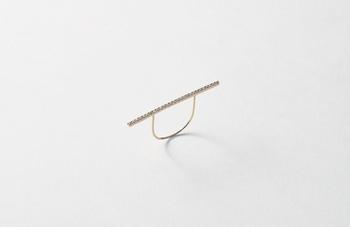 """日本の伝統工芸を活かしたモノづくりを発信し続ける、KARAFURU(カラフル)によるダイヤモンド1連の華奢なバーデザインのリングです。""""彫留リング""""は錺(かざり)職人により一つ一つ丁寧に仕上げられています。その背景を知らずとも、一度目にした人は繊細で確かな技術に魅了されるはず。クリエイティブを愛する人にとって、ずっと眺めていたくなるようなジュエリーです。"""