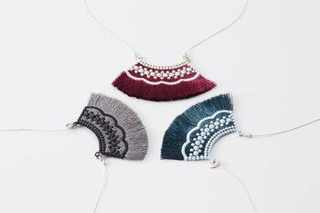 トリプル・オゥの刺繍技術が光る、糸のネックレスは夏にぴったりです。上品な印象の中に、どこか土着を感じる落ち着いた色味は、コーディネートの違った表情を引き出してくれます。しっとりと輝く糸は肌なじみの良さもあり個性的なアクセサリーのファーストチョイスにもぴったり。刺繍アイテムは引っ掛けなどの故障が心配ですが、修理などアフターサービスも充実しているのがトリプル・オゥの魅力の一つです。一つのアクセサリーを大切に育てていきたいという心にも寄り添ってくれるブランドです。