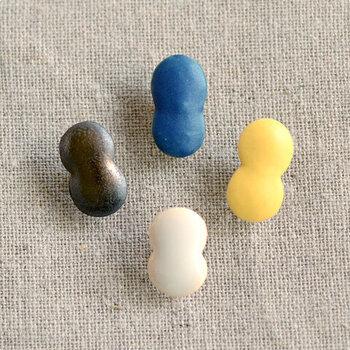人気ブランドのBIRDS' WORDS(バーズワーズ)より、ユニークな形のピアスが登場。ぷっくりした、ずっとなでていたくなるような滑らかなフォルムは陶器製で、写真の雪だるまのような形を含め、全3種類での展開です。BIRDS' WORDSならではの唯一無二の繊細さとキュートさが絶妙にミックスされたカラーリング。モノづくりにおける技術や姿勢も感じられるピアスです。