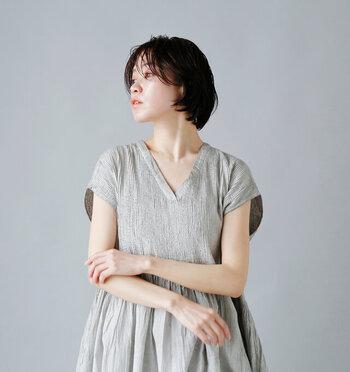 首元の肌見せで抜け感アップ。「キーネック&Vネック」のお洋服カタログ