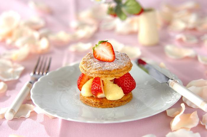 カスタードクリームとパイ生地、いちごを層にしたミルフィーユは、パリパリっとした食感が楽しめる一品。大き目にカットしたいちごがゴロっと入っているのも魅力。おいしい紅茶と一緒に召し上がれ。