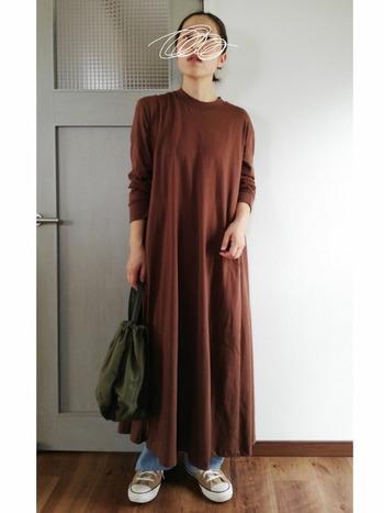 フレアたっぷりのAラインワンピースは、デニムと重ね着することでひとつ大人のカジュアルスタイルに。ブラウンが季節感を演出してくれるので、靴やバッグも同系色でまとめると素敵です!