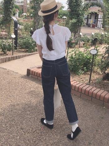 カンフーシューズはバレエシューズ感覚で気軽にコーディネートに合わせることができますよ。デニム×真っ白なレースのブラウスにカンフーシューズを履いたガーリーな着こなしも◎