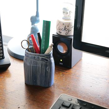 デザインが素敵でついつい集めてしまう人も多い、リサ・ラーソンの花瓶。ドレスやニットをモチーフにしている「ワードローブシリーズ」のうち、「スカート」は口が広めなのでペン立てとしても使うことができます。手作業で作られているので、一つひとつ表情に違いがあるのも味わい深いポイント。