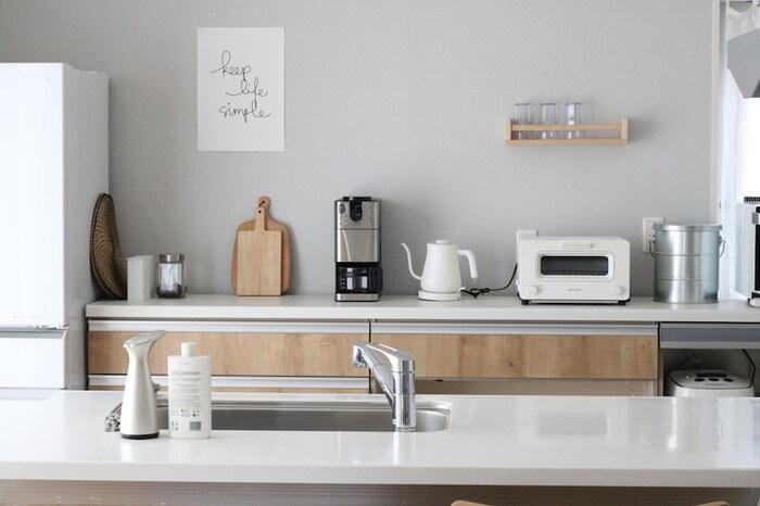 家電や鍋などの大きな物から、カトラリーなどの小さな物まで、キッチンは家の中でも特に細々した物が多い場所。収納のコツも置き場所によってそれぞれ異なるので、まずはポイントをつかむことが大切です。
