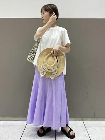 エレガントさのあるパープルのスカートは、リゾートファッションとしてもおすすめ。ラフなTシャツでも上品さが残るので、大人の余裕を感じさせる着こなしに。
