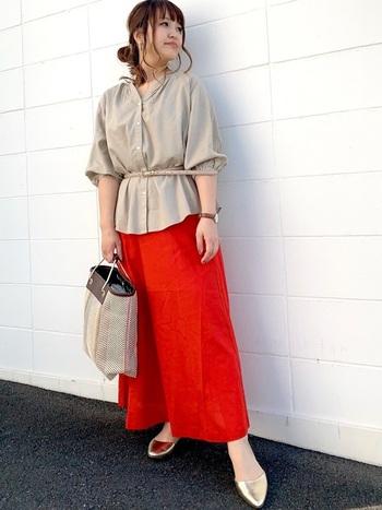パッと目を惹くオレンジのスカートは、夏の日差しに負けないエネルギッシュな着こなしに。足元に光るシャイニーなサンダルを合わせれば、元気いっぱいアクティブなコーデにまとまります。