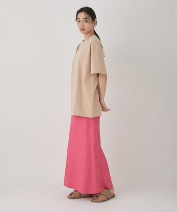 リネンであることを忘れてしまいそうな鮮やかなピンク。統一感のあるコーラルなシャツとベージュのサンダルで、女性らしい柔らかな雰囲気を残したコーデに。無地にすることでナチュラルさも漂った大人な着こなしですね。