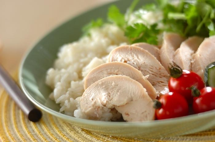 人気のエスニックご飯「カオマンガイ」を簡単に。スープを加えてお米を炊き、炊き上がったらサラダチキンをのせて蒸らすだけ。ナンプラー風味のタレを添えて完成です。