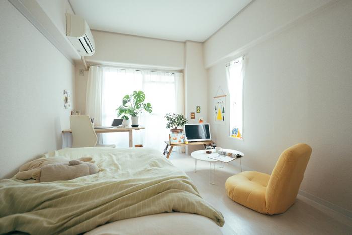 2面採光の明るさを活かして、窓辺にデスクを配置。ソファの代わりに座椅子を置いて、いろいろな過ごし方ができるレイアウトにしています。