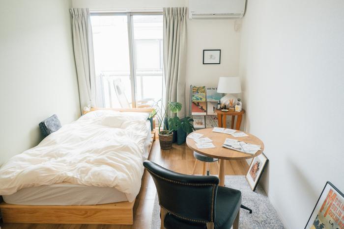 寝室にはちょっぴりゴージャスな椅子を置いて、お気に入りの空間に。ゆったりした一人用の椅子を置けるのは、一人暮らしならではの贅沢かも!