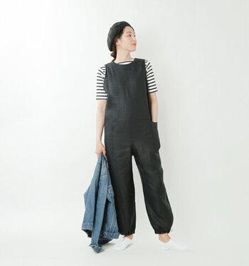 ストンと落ち感あるシルエットが大人っぽいオールインワン。裾を絞ってアクセントをつけることも可能。リネンのシャリ感が心地よく端正な雰囲気です。