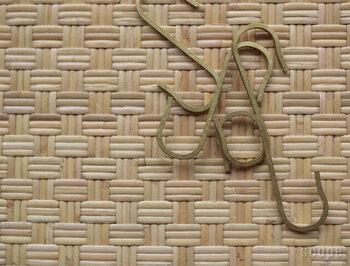 真鍮製のS字フック。見せる収納に欠かせない、見た目の良さも兼ね備えている。
