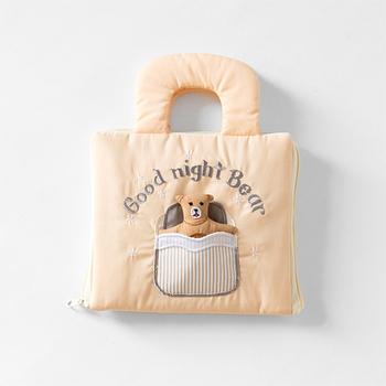 「oskar&ellen(オスカー&エレン)」は北欧スウェーデン発のファブリック・トイ・メーカー。ふかふかの柔らかい布で作られたぬいぐるみつきのふわふわの布絵本に、赤ちゃんだけでなく大人も癒されます。バッグ型になっているので持ち運びにも便利です。