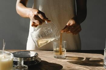 計量カップはアロマ専門店のものが、注ぎ口が細く作られているため使いやすくおすすめです。プラスチック製でも構いませんが香りが移っていきます。ガラス製の方が長年使うことができるため環境保護のためにも良いでしょう。