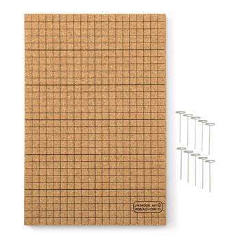 ガイドラインが入ったコルクボードとマクラメピンのセットは、アクセサリーや小物を作るのに大活躍してくれます。